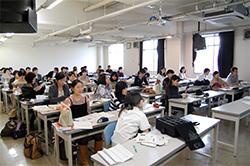 クリッカーで回答しながら統合講義を聴講する学生